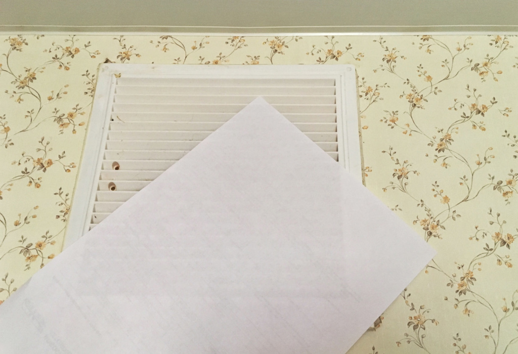 Лист бумаги притянуло к решетке вентиляции — значит, вентиляция работает, воздух уходит.