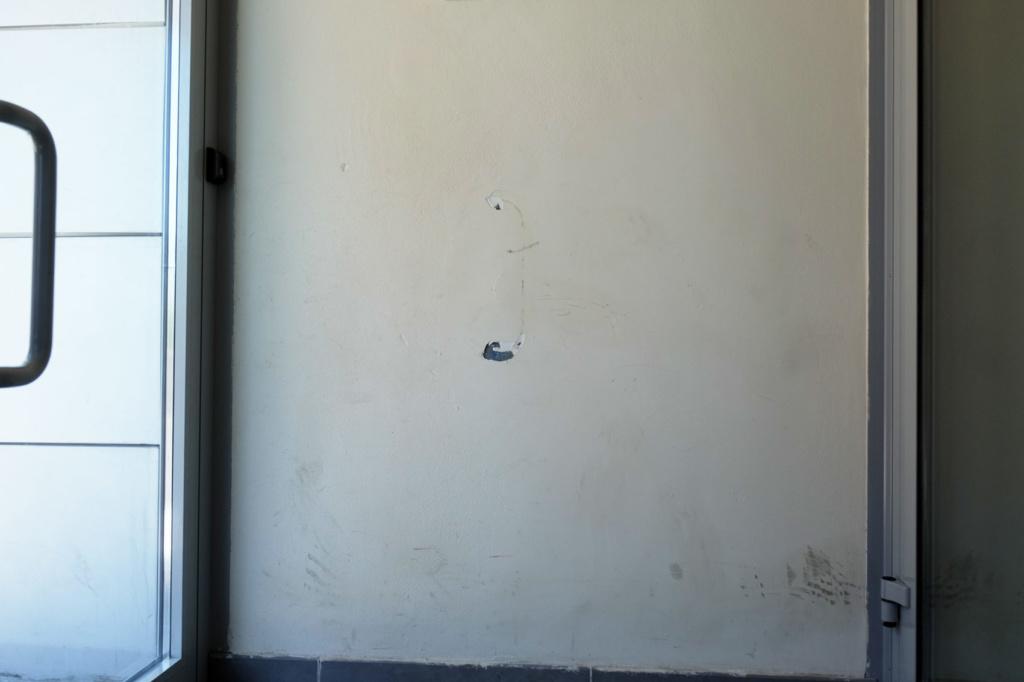 Недочет: застройщик не установил стопер для двери в подъезде — ручка бьет в стену